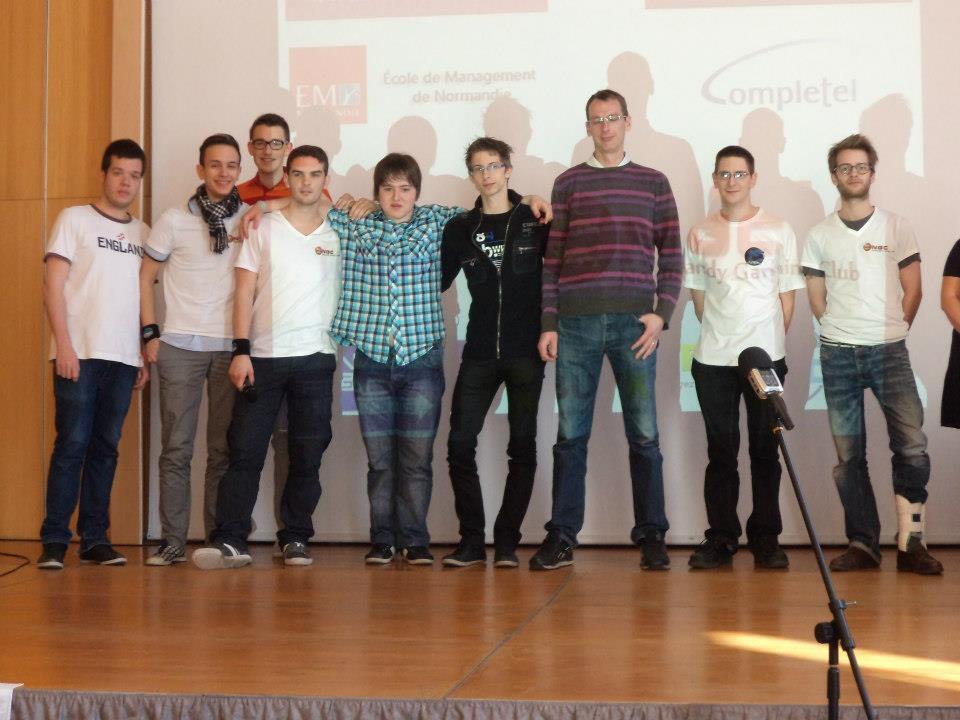 Equipes de joueurs lors de la Normand'Geek 01, venus pratiquer leurs sport favori : l'e-sport.